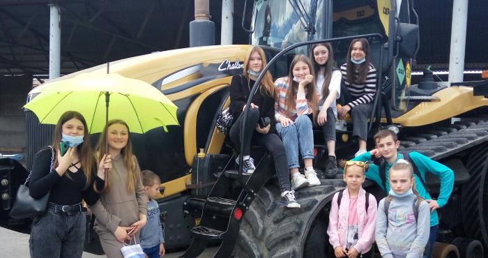 Школярі Демидівської громади з екскурсією відвідали аграрне підприємство