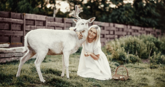 Наталія Новік із оленем-альбіносом