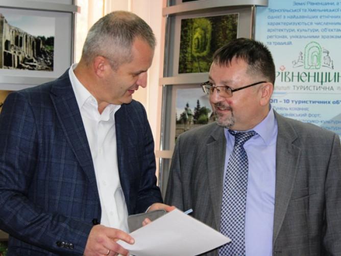 Зліва направо – директор Рівненського Центру розвитку місцевого самоврядування Руслан Сивий, координатор проєкту Орест Микита