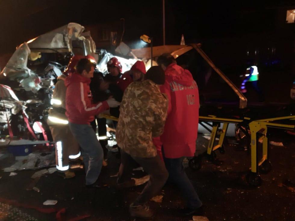 Рятувальники передали постраждалого медикам