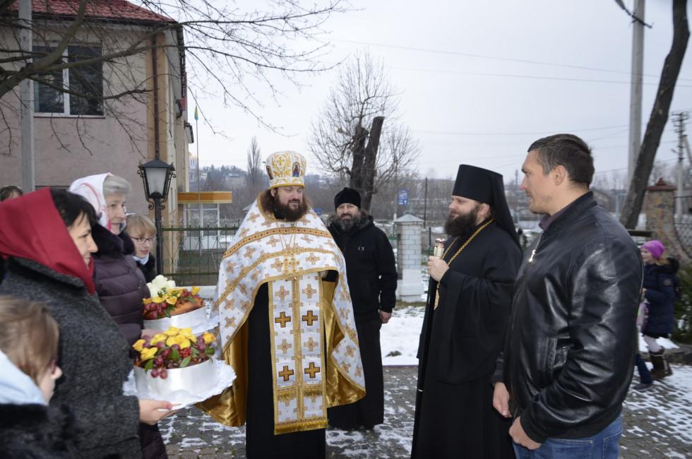 Єпископа Пімена й Олександра Усика зустрічають в Острозі