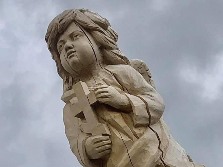У селі Іваннє створили скульптуру янгола з дерева