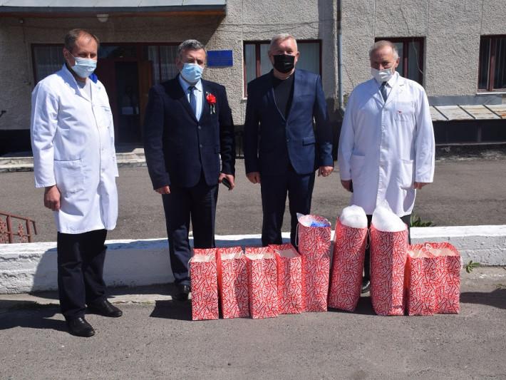 Відома молочна компанія передала медикам халати, а пацієнтам - сири