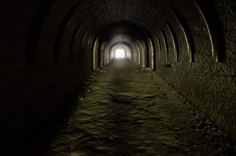 Пройшовши довгим коридором, потрапляємо у середину форту